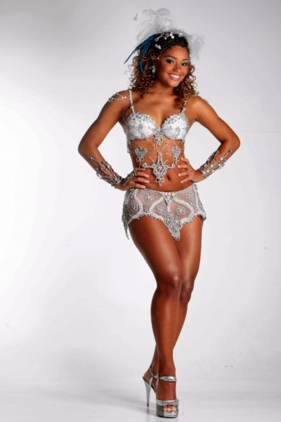Juliana_Alves_in_carnaval_samba_dancer_costume