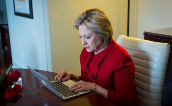 hillary-clinton-using-computer